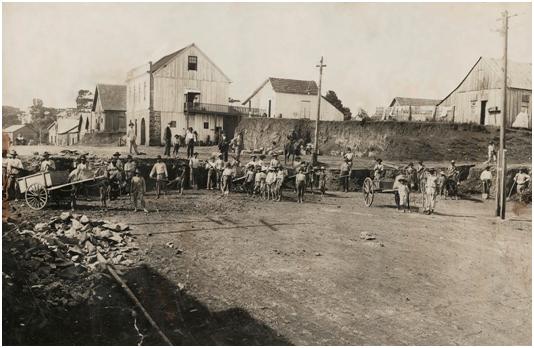 casarao oo fundo com portas terreo durante as obras de rebaixamento rua cel flores em 1935_acervo arq. hist